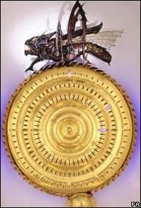 Hawking inaugura su devorador del tiempo, el reloj más raro del mundo