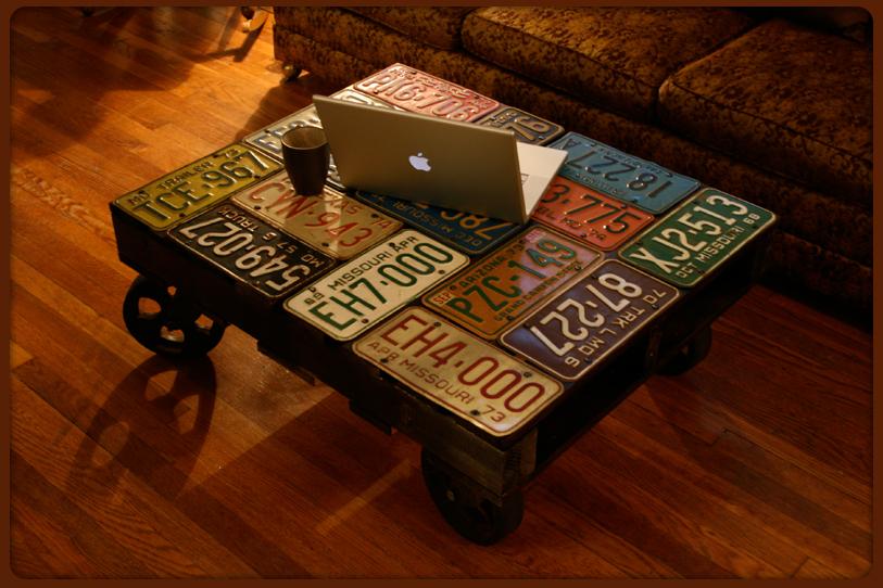 Mesa con placas de autos
