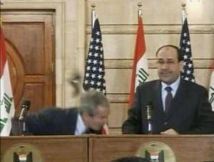 Periodista iraquí lanza un zapato a Bush y lo llama perro