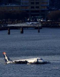 Rescatan con vida a los pasajeros del avión que cayó al Río Hudson