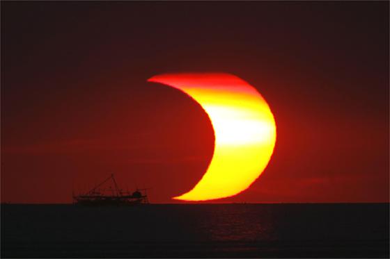Imágenes del eclipse parcial de sol en Filipinas