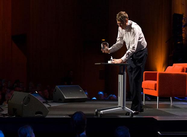 Bill Gates abrió un  frasco lleno de mosquitos para concientizar sobre la malaria