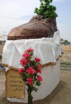 Retiran la escultura del zapato en Irak
