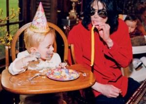 Video de Michael Jackson jugando con sus hijos