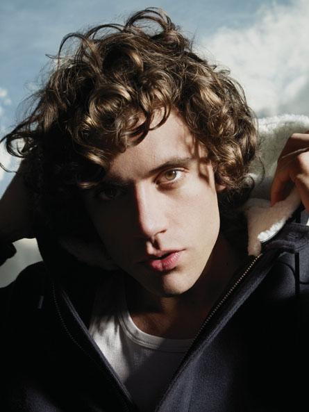 El cantante Mika ahora es dueño de los zapatos de Jacko
