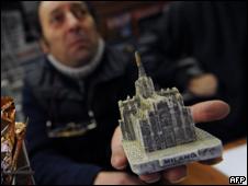 Aumenta sus ventas la replica del objeto con que fue atacado Berlusconi