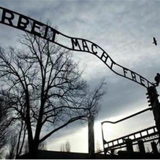 Recuperan la placa del campo de concentración de Auschwitz