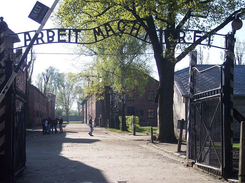 Desaparece placa de un campo de concentracion nazi