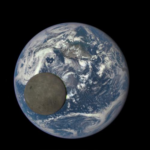 fotografia de la tierra con la luna cruzando julio 2015-NASA